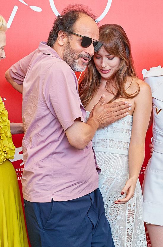 Dakota nói nhỏ điều gì đó với đạo diễn nên ông quay sang lấy tay che ngực giúp cô.
