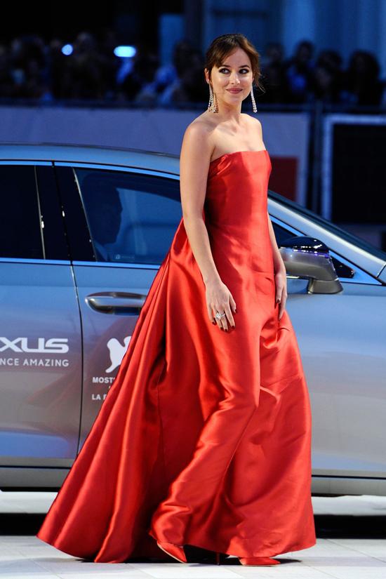 Đến buổi tối cùng ngày, Dakota Johnson thay bộ đầm đỏ lộng lẫy tham dự buổi công chiếu phim.