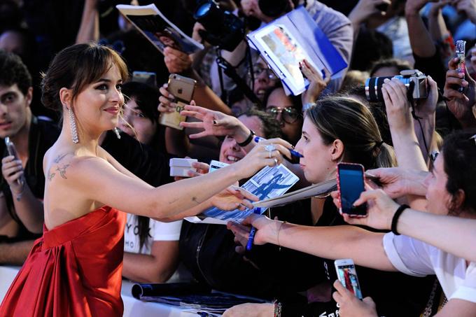 Cô đào Mỹ nhiệt tình ký tặng người hâm mộ ở Italy.