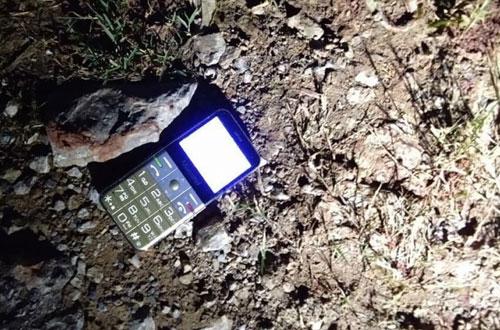 Chiếc điện thoại của ông Tích gần nơi phát hiện thi thể.