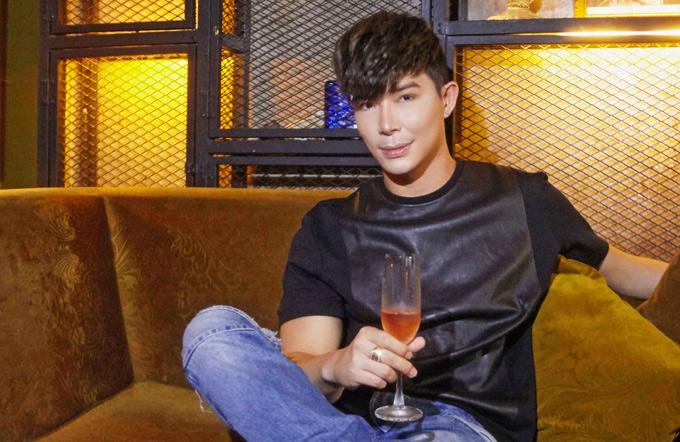 Nathan Lee vẫn độc thân ở tuổi ngoài 30. Chàng ca sĩ đang sống trong căn nhà triệu đô ở TP HCM. Ngoài thời gian đi diễn, anh ở nhà một mình, chăm sóc những chú cún cưng. Nathan Lee luôn kín tiếng về chuyện tình cảm.