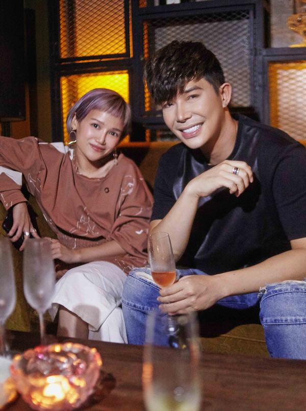 Những ngày nghỉ lễ, em gái nam ca sĩ là nhà thiết kế Foxtly (tên tiếng Việt là Trang Ly) đến thăm anh. Cô sinh ra và lớn lên tại Canada nhưng về Việt Nam lập nghiệp từ năm 2017.