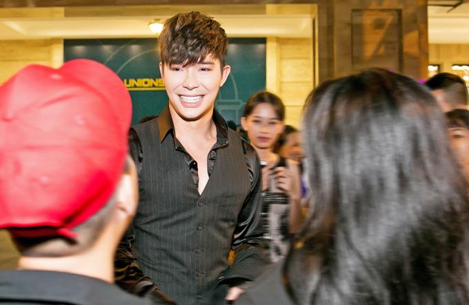Chàng ca sĩ được người hâm mộ vây quanh, xin chụp ảnh kỷ niệm khi kết thúc chương trình.