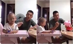 Em bé há to miệng khi thấy bố đánh đòn chú gấu bông lười ăn