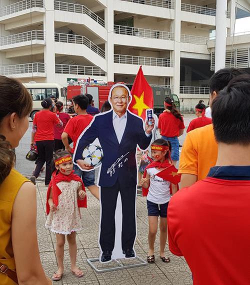 Các em nhỏ Việt Nam chụp hình lưu niệm với ảnh HLV Park Hang-seo tại Hà Nội hôm 3/9. Ảnh: Yonhap.