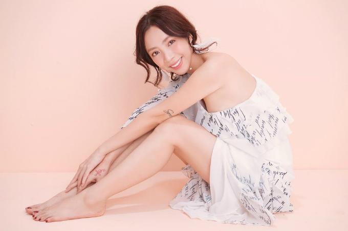 Diễn viên hài Thu Trang nữ tính trong chiếc đầmlệch vai.