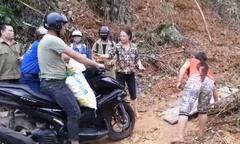 Dân kê ván qua đường sạt lở, thu mỗi xe máy 10.000 đồng