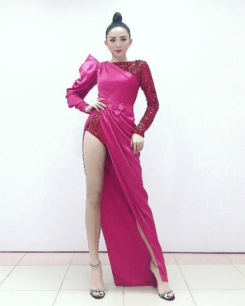 Tóc Tiên khoe chân thon dài với váy xẻ tà cao.