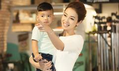 Con trai út của Jennifer Phạm theo mẹ đi làm