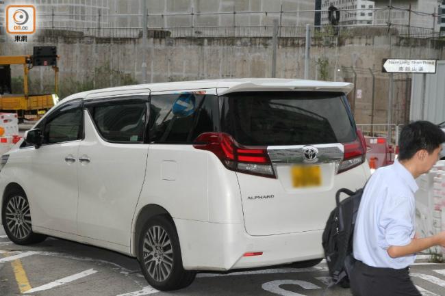 Trần Hào thường tự mình lái xe đi đón các con khi không bận rộn công việc.