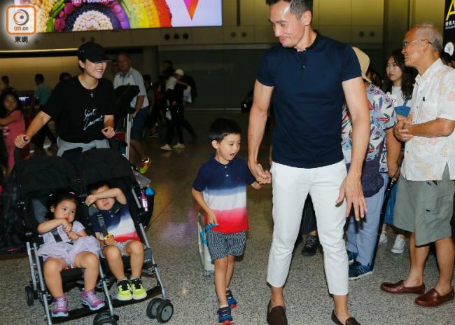 Vợ chồng Trần Hào và các con, ảnh chụp vài tháng trước.