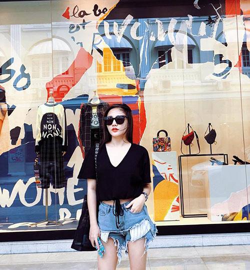 Văn Mai Hương tạo dáng ngầu trong bức ảnh mới đăng tải.