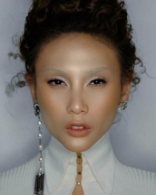 Đăngảnh chụp cho một tạp chí thời trang, nhưng Võ Hoàng Yến khiến fan hỏi lông mày đâu mất rồi?.