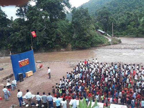 Học sinh Lai Châu khai giảng trên bãi đất trống ven sông