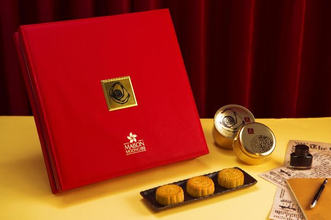 Năm nay, Maison tiếp tục ra mắt 9 hương vị bánh mang đậm chất Hong Kong để phục vụ thực khách là: thập cẩm, trà xanh, trứng nghiền, hạt dẻ, đậu xanh, đậu đỏ, hạt sen, sầu riêng, trà Ô Long. Bánh bày trong 12 mẫu hộp mang tên những cung bậc cảm xúc của con người. Trong đó, hộp Tinh tế gồm một bánh 120 g và 7 bánh 80 g gồm nhân trứng nghiền, trà Ô Long, trà xanh, thập cẩm, sen trắng trứng mặn, đậu đỏ, đậu xanh, sầu riêng.