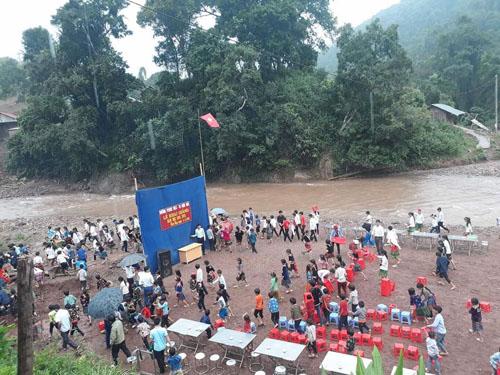 Học sinh Lai Châu khai giảng trên bãi đất trống ven sông - 1