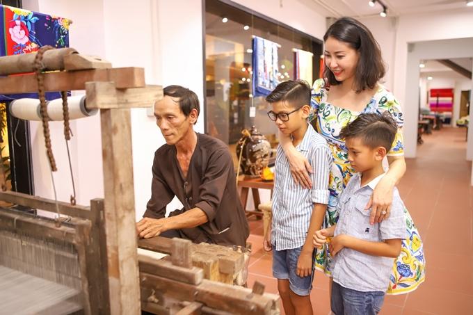 Hà Kiều Anh cũng dẫn hai con trai theo trong chuyến đi. Ba mẹ con thích thú theo dõi show diễn Ký ức Hội An.Cựu Hoa hậu muốn các con đượctrải nghiệm văn hóa, du lịch tại nhiều vùng đất khác nhau của đất nước.