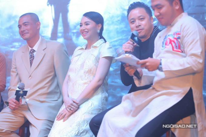 Đinh Ngọc Diệp cùng đạo diễn Victor Vũ và dàn diễn viên lên sân khấu trò chuyện, chia sẻ kỷ niệm khi tham gia phim Người bất tử.