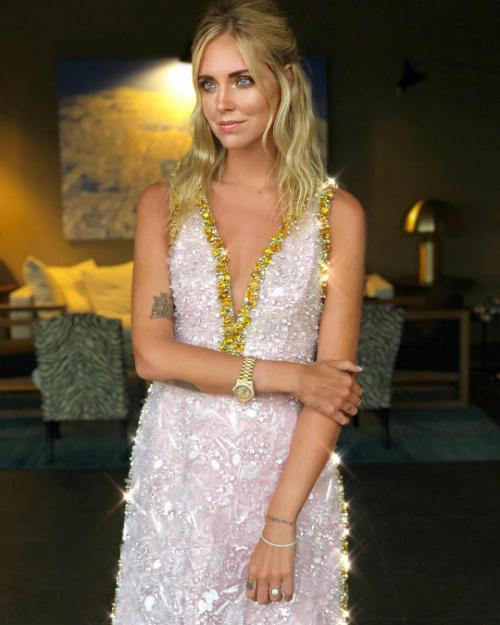 Trước thềm hôn lễ một ngày, trong bữa tiệc thân mật (rehearsal dinner) bên bạn bè, cô dâu đã diện váy màu hồng phấn lấp lánh của nhà mốt Prada. Bộ đầm có đường viền cổ áo ánh kim tôn lên vẻ đẹp gợi cảm.