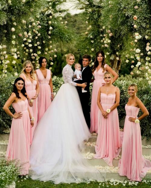 Cả ba bộ váy cưới của cô dâu nằm trong bộ sưu tập Dior Haute Couture do bàn tay củaGiám đốc sáng tạo của Dior -Maria Grazia Chiuri tạo nên. Dàn phù dâu không kém phần xinh xắn và duyên dáng với những chiếc váy suôn dài màu hồng nhạt đến từ thương hiệu Alberta Ferreti.Ảnh: Instagram