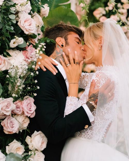 Hôn phu của cô nàngrapper Fedez - người Italy. Đám cưới được cử hành trên hòn đảo Sicily xinh đẹp với bảng màu pastel gồm: trắng, hồng và xanh lá cây. Loài hoa chủ đạo trong đám cưới là hoa hồng.Ảnh: Instagram