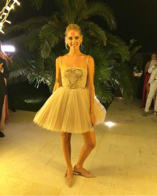 Trong buổitiệc tối lấy ý tưởng từ lễ hội Coachella, chiếc váy cuối cùng đến từ Dior có dáng ngắn, giúp tân nương hòa mình vào những vũ điệu sôi động của buổi tiệc. Bộ đầm có thiết kế hai dây và một hình trái tim ở thân trên tạo sự tươi mới, trẻ trung. Thân dưới của váy được may bằng nhiều lớp vải tuyn tạo độ bồng tự nhiên mà không cần tùng váy. Ảnh: Instagram