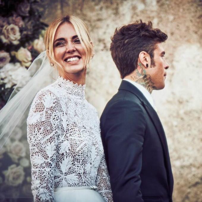 Trong giới mộ điệu, ít ai là không biết đến cô nàng Chiara Ferragni (sinh năm 1987, tại Italy) vì cô là một fashionista/fashion blogger đình đám, người sáng lập trang The Blonde Salad - chuyêncập nhật xu hướng thời trang mới. Tính đến thời điểm hiện tại, Instagram cá nhân của cô đã cán mốc 14 triệu người theo dõi, chẳng thua kém ngôi sao hạng A nào. Vì thế, đám cưới mới diễn ra hôm 1/9 của cô nàng là chủ đề được nhiều người quan tâm.Ảnh: Instagram