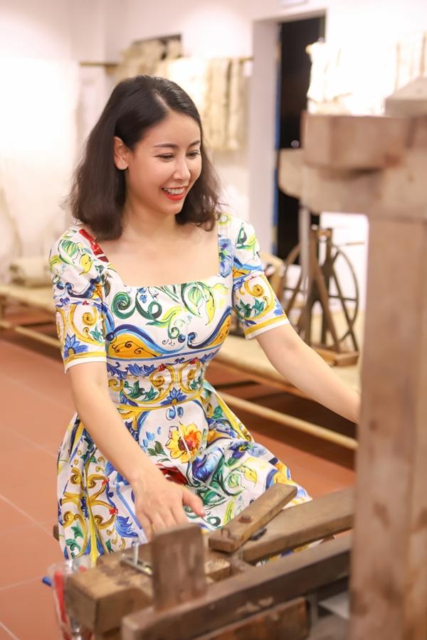 Người đẹp hào hứngthử sứccông việc dệt vải.