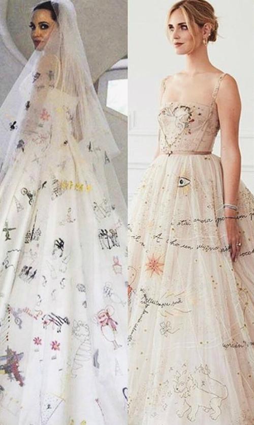 Bộ đầm gợi nhắc đến váy cưới của nữ minh tinhAngelina Jolie vì đều có những họa tiết, ký hiệu đặc biệtthể hiệntình cảm gia đình gắn bó.