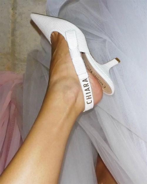 Giám đốc sáng tạo của Dior còn in tên của Chiara lên đôi giày cưới Dior slingback thay vì tên của thương hiệu Christian Dior, thể hiện sự trân trọng tới cô dâu.Ảnh: Instagram