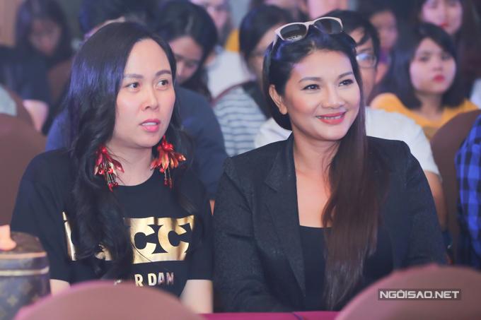 Phượng Chanel (trái) tháp tùng bạn trai Quách Ngọc Ngoan đi sự kiện còn diễn viên Kiều Trinh đi ủng hộ con gái Thanh Tú.
