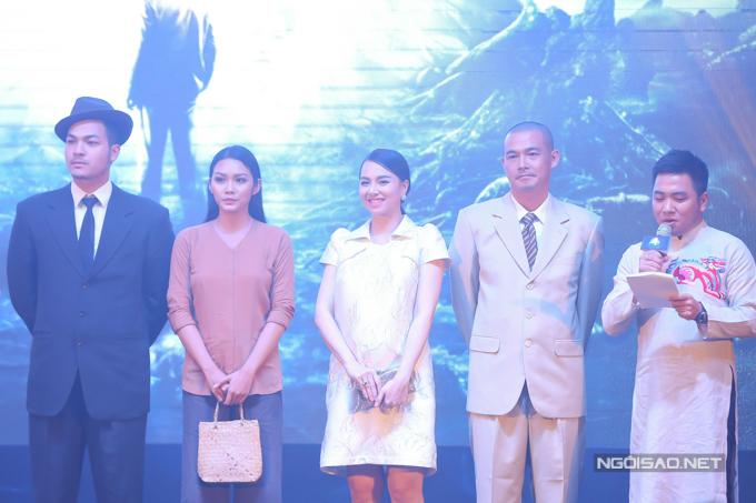 Nhà văn Ngọc Thạch (ngoài cùng bên phải) đảm nhiệm vai trò MC dẫn dắt sự kiện.