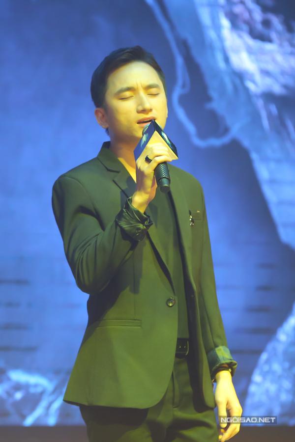 Ca sĩ Phan Mạnh Quỳnh thể hiện hai ca khúc nhạc phim Người bất tử do chính anh sáng tác.