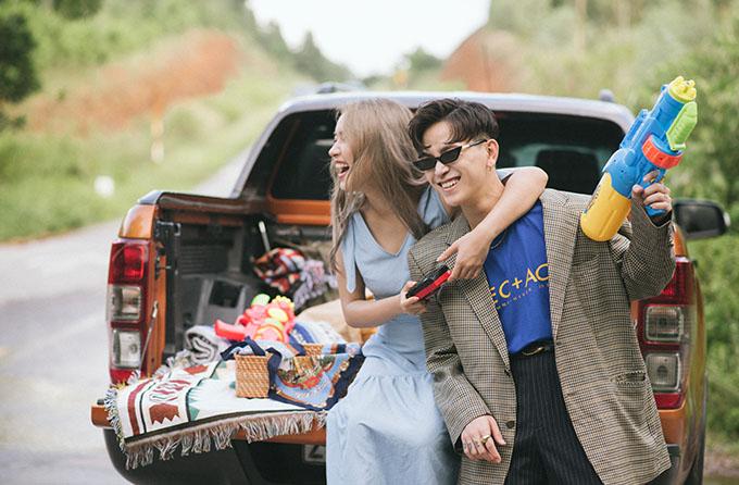 Châu Bùi và Decao thể hiện hình ảnh tuổi trẻ của hai nhân vật chính trong MV. Ở ngoài đời, họ cũng thực sự là một cặp đôi từng trải qua nhiều thăng trầm trong chuyện tình cảm, từng chia tay rồi quay lại hạnh phúc bên nhau.