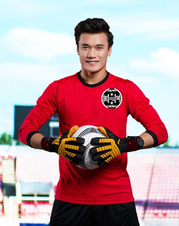 Sự gọn nhẹ, vừa vặn với cổ taykhiến chiếc đồng hồ khôngcản trởquá trình luyện tập của thủ môn U23 Việt Nam.