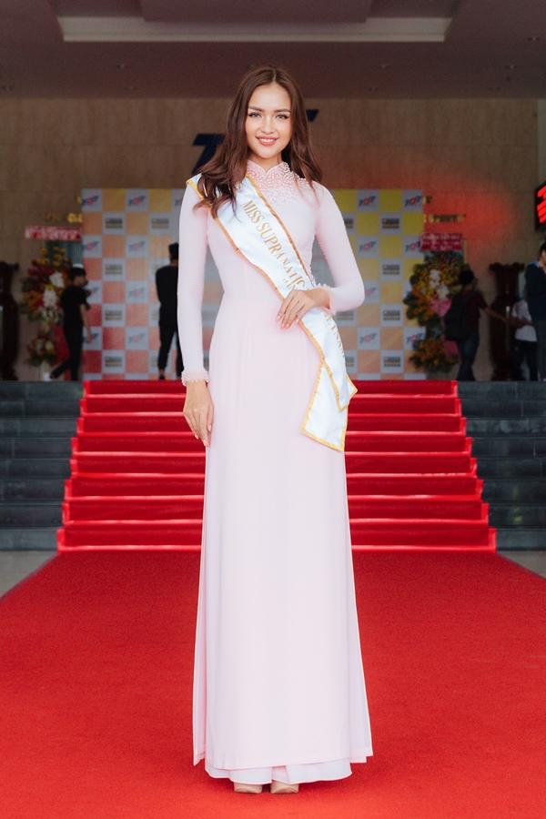 Cô diện áo dài của nhà thiết kếPhạm Sĩ Toàn.