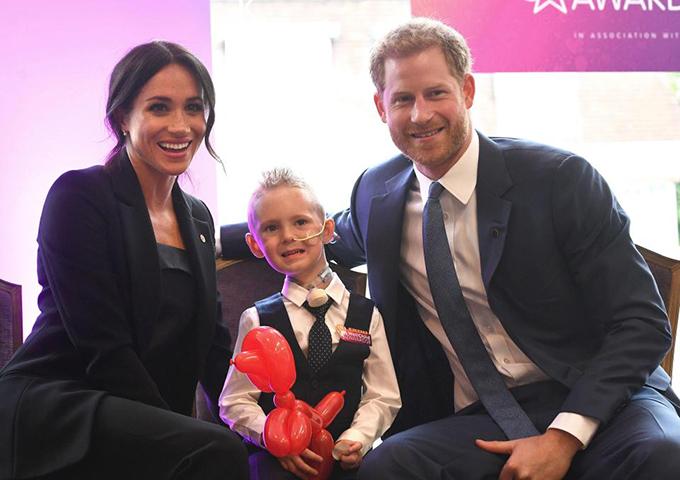 Cặp vợ chồng hoàng gia thân thiện chụp ảnh cùng bé  Mckenzie Brackley, một trong số những em bé của tổ chức WellChild.