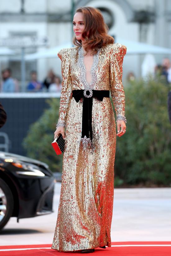 Natalie Portman tỏa sáng trên thảm đỏ liên hoan phim Venice tối 4/9 khi diện bộ đầm ánh kim lộng lẫy.