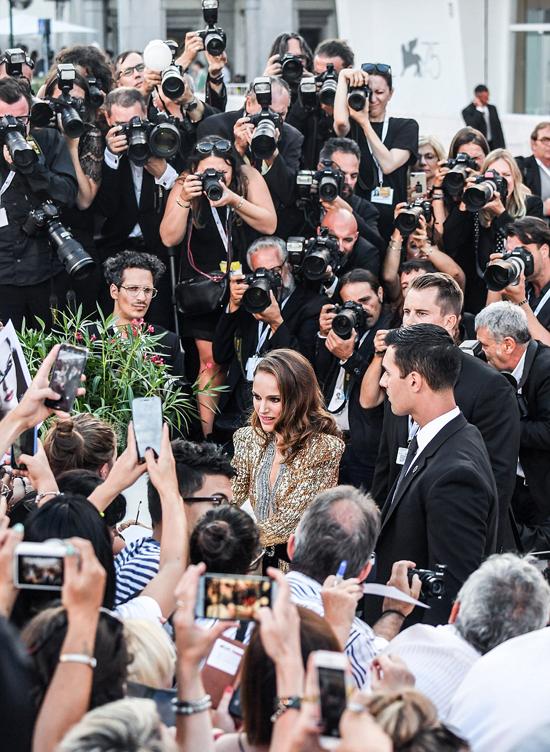 Người đẹp phim Thor được khán giả Italy và các phóng viên ảnh chào đón nồng nhiệt.