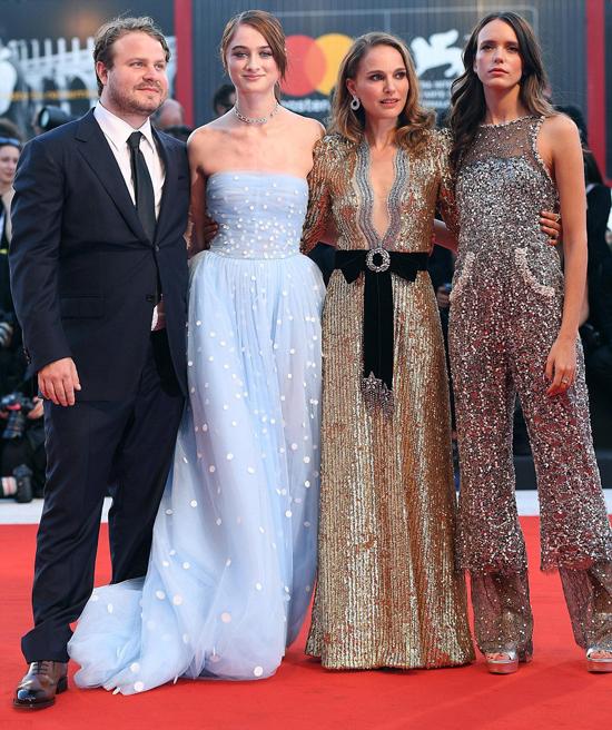 Natalie hội ngộ với các bạn diễn trong phim.