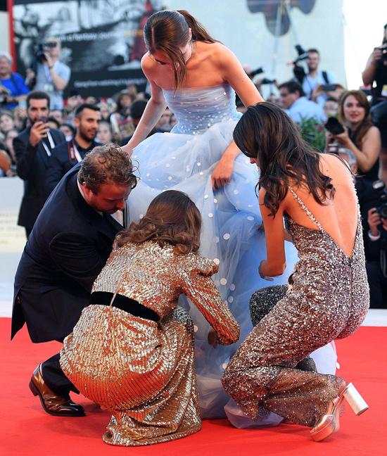 Khi nữ diễn viên 16 tuổi Raffey Cassidy bị vướng váy vào giày, Natalie và các đồng nghiệp liền cúi xuống trợ giúp.