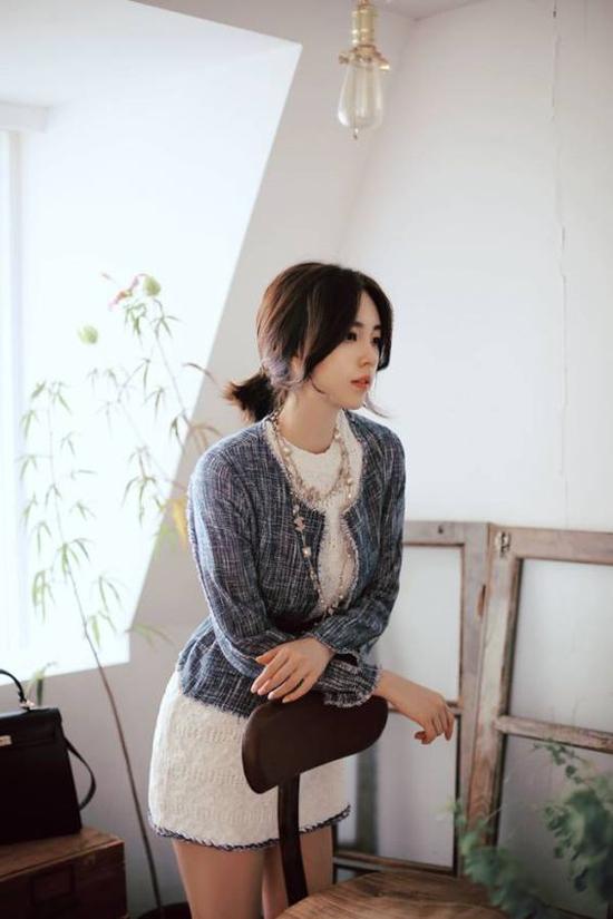 Ngoài áo blazer  món trang phục luôn được ưa chuộng trong mùa thu, phái đẹp còn có thể chọn thêm các mẫu áo khoác dệt kim, áo choàng mỏng, áo dệt kim, áo cardigan dáng dài để phối đồ.