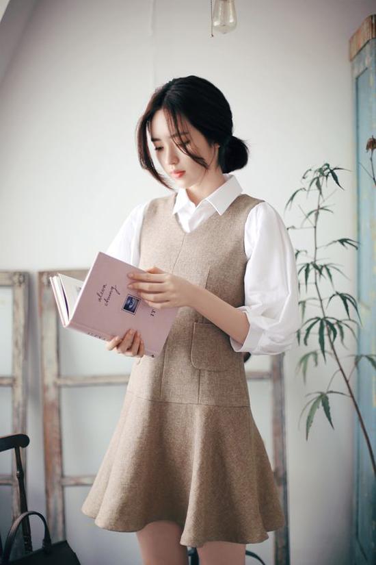 Sơ mi phối cùng các mẫu váy sát nách bằng vải bố, vải dạ cũng là cách lên đồ hợp lý đến văn phòng ở những ngày giao mùa.