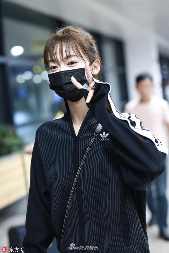 Trước đó, hôm 3/9, nữ diễn viên xuất hiện ở sân bay với phục trang rộng thùng thình, khẩu trang che kín mặt, tuy nhiên cô không quên đáp lễ với cánh săn ảnh bằng những cử chỉ dễ thương.
