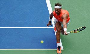 Nadal chạy thần tốc, ghi điểm trong thế khó