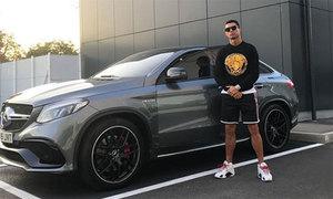 C. Ronaldo tạo dáng bên xe độ biển số 'độc'