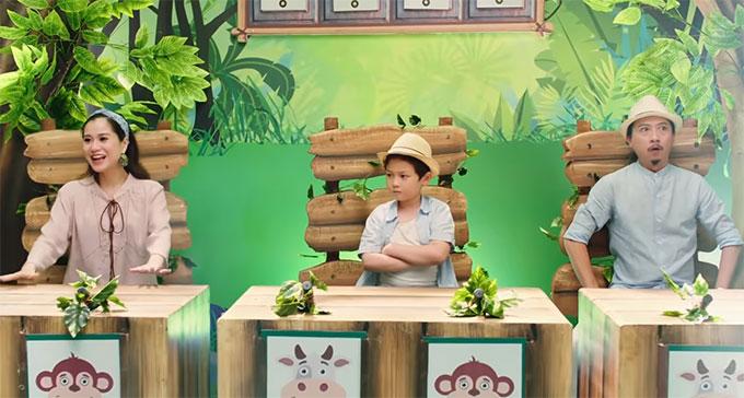 Lâm Vỹ Dạ (ngoài cùng bên trái) và Hứa Minh Đạt (ngoài cùng bên phải) vào vai những vị giám khảo vui tính, yêu trẻ nhỏ trong MV.