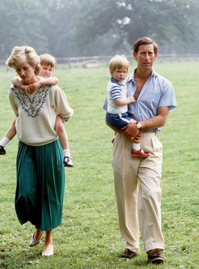 Vợ chồng Diana và Charles cùng hai con trai William và Harry ở dinh thự Highgrove House, Tetburry vào năm 1989. Ảnh: UK Press.