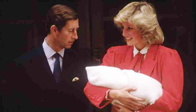 Thái tử Charles và Công nương Diana cùng con trai xuất hiện lần đầu trước công chúng sau khi sinh Hoàng tử Harry vào tháng 9/1984. Ảnh: UK Press.