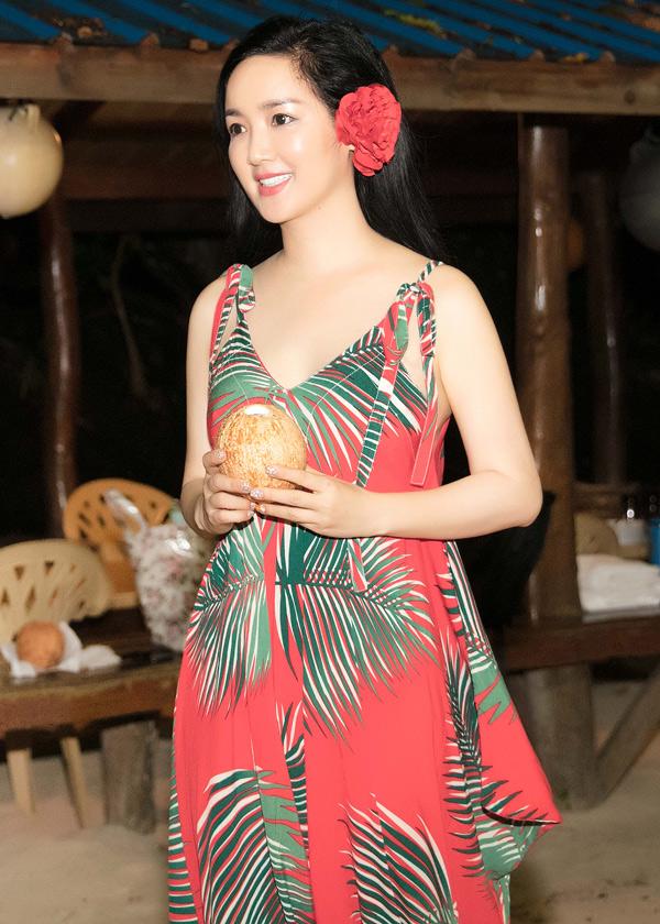 Hoa hậu thưởng thức nước dừa ngọt lịm ở đảo Palau. Cô hiện là nhà sản xuất kiêmMC nhiều chương trình truyền hình. Giáng My cũng rất đắt show làm giám khảo các cuộc thi nhan sắc.